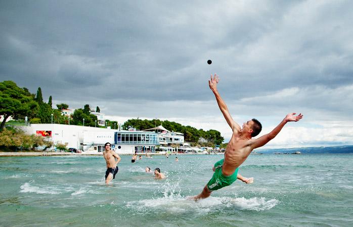 Ceea ce se petrece aici este un joc de picigin, inventat pe Plaja Bačvice din Split