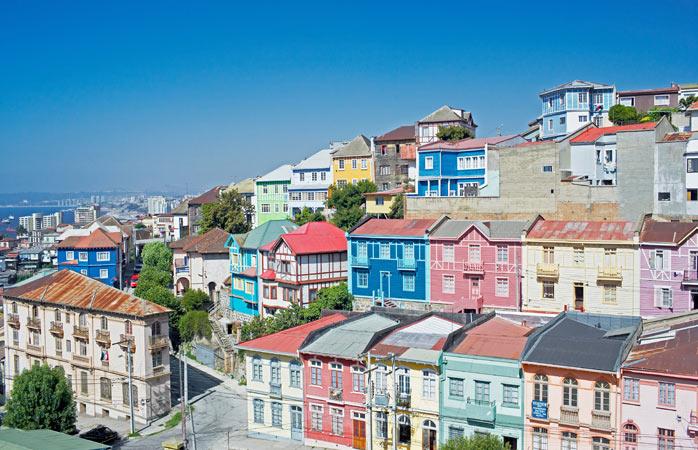 Greu să-ți dai seama dacă în Valparaíso locuiesc oameni sau este doar orașul picăturilor de ploaie care-au plecat la serviciu și au lăsat curcubeul în urma lor