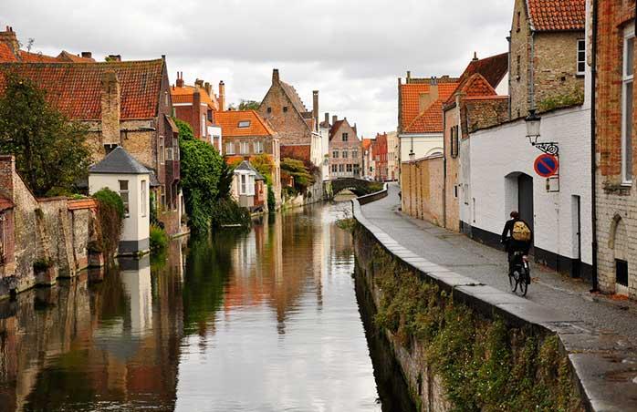 De-a lungul canalelor din Bruges, unde cerul se privește fără rușine în ape