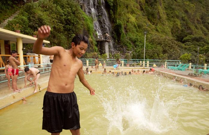 Amestecă-te printre localnici și scaldă-te sub căderi de ape, la băile termale din Baños