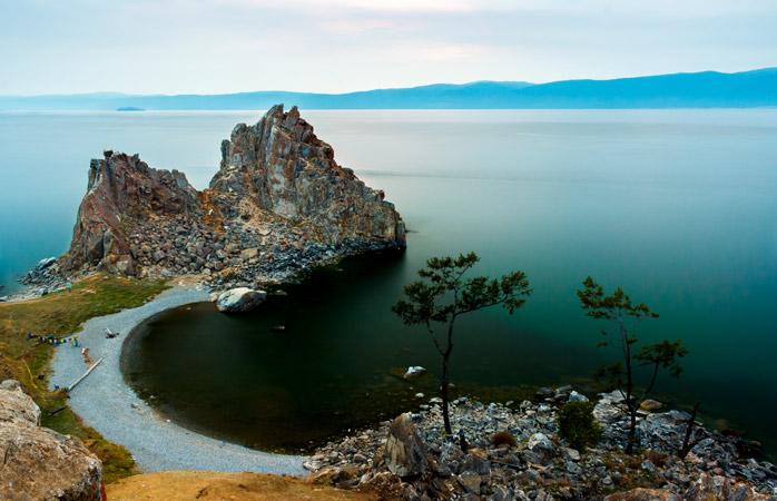 Lacul Baikal este cel mai mare bazin cu apă dulce din lume. Nu-i de mirare că țărmul îi contrează un zâmbet
