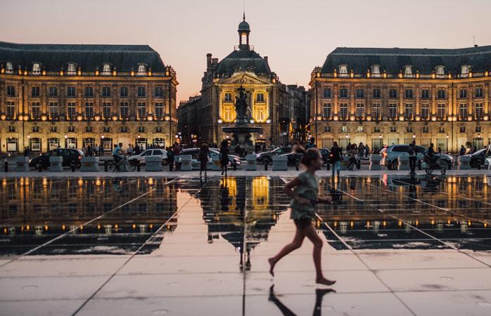 Frumoasa Place de la Bourse din Bordeaux, reflectată în oglinda apei