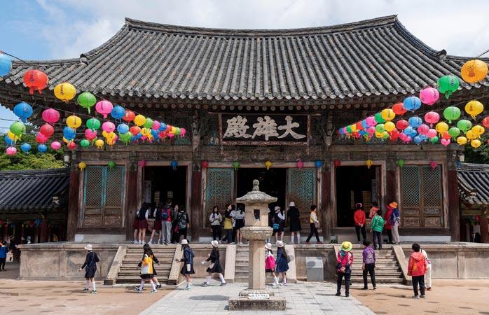 Templul Bulguksa este una dintre cele mai importante relicve din Gyeongju și casa a nenumărate comori naționale