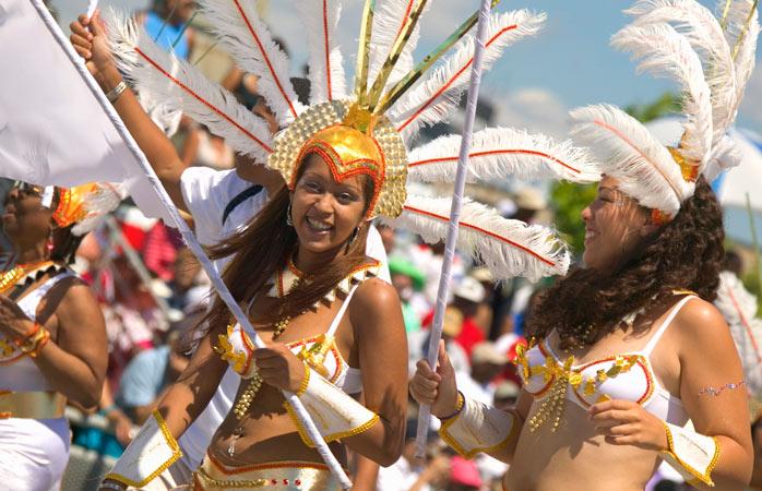 Pene și sclipici unde vezi cu ochii... cel mai probabil te afli la Parada Caribana Festival