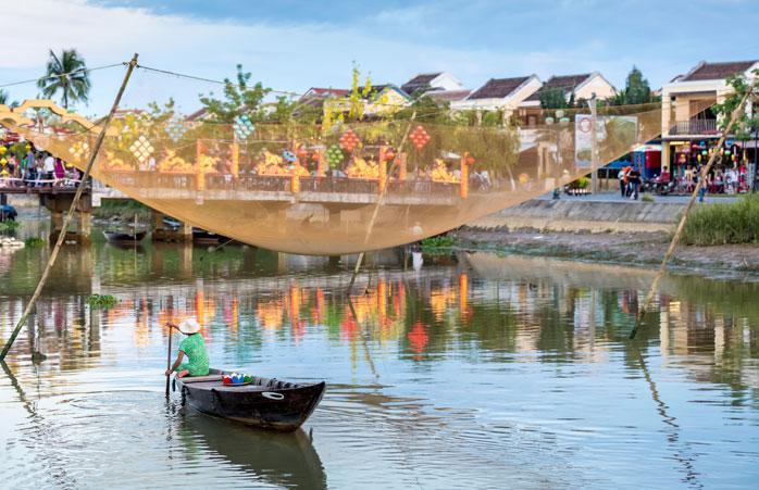 Plutind pe apele râului, într-o oarecare barcă pescărească din Hoi An, Vietnam