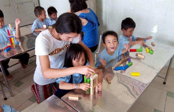 Lucrul cu copiii îți dă ocazia să-ți iei revanșa anilor de școală și chiar să faci învățatul distractiv