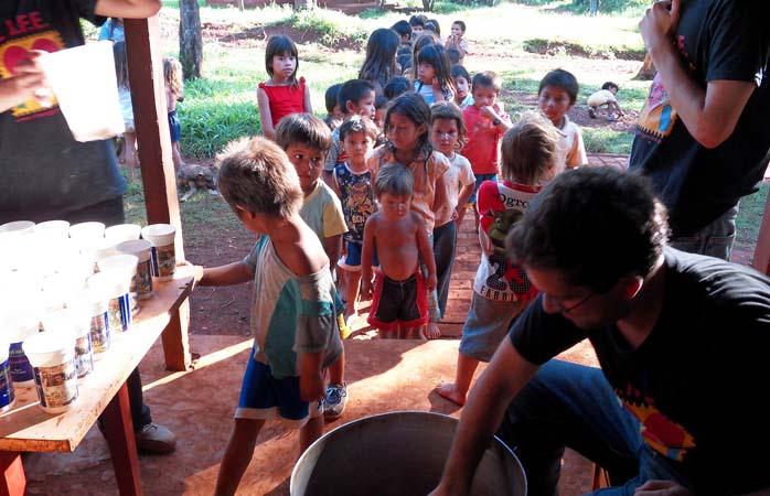 Oferind apă prospătă unor copii de la o școală din Argentina