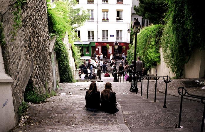 Stând pe trepte în Orașul Dragostei.