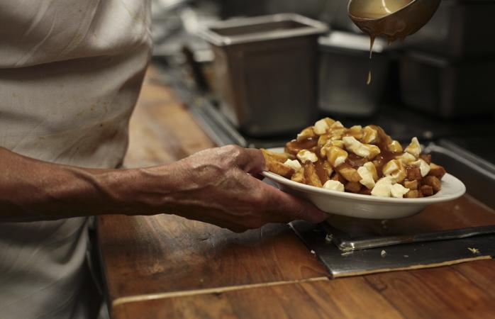 Brânză, cartofi prăjiți și sos de cimbru... ce ar putea să îți displacă?