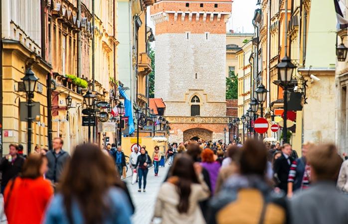 În orice zi a săptămânii, centrul Cracoviei abundă de oameni